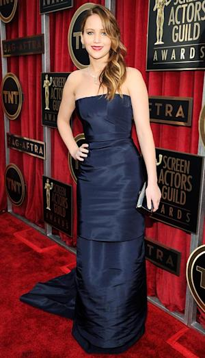 "Jennifer Lawrence Walks SAG Awards 2013 Red Carpet After Pneuomnia Bout: ""I'm Fine!"""