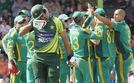 "Pakistan""s Nasir Jamshed (2nd L) reacts after being caught out by South Africa's Graeme Smith during their One day international cricket match in Bloemfontein, March 10, 2013. REUTERS/Siphiwe Sibeko"