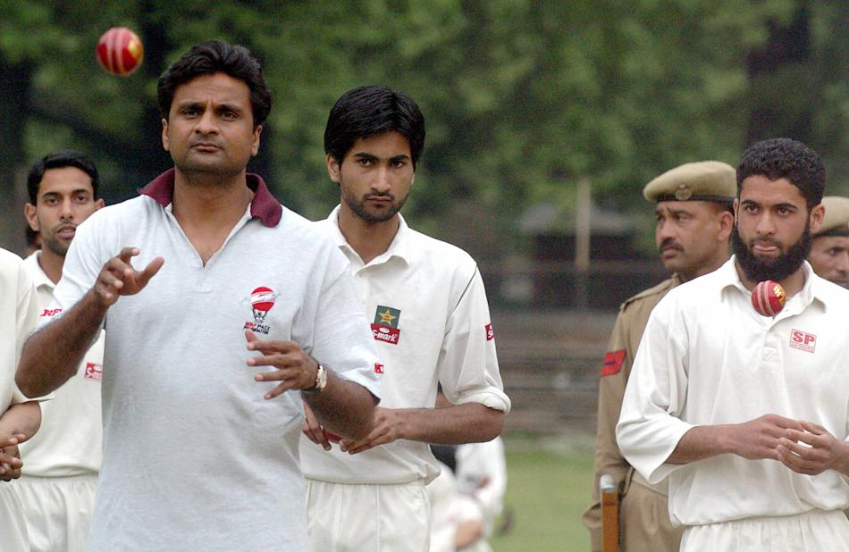 Indian pace bowler Jawagal Srinath (L) c