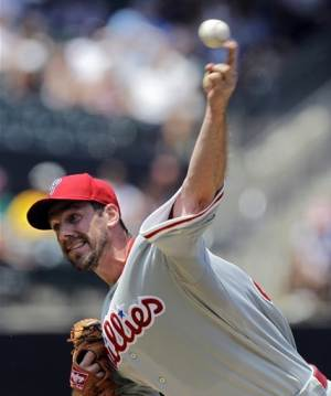 Lee finally wins, Phillies erupt late to beat Mets