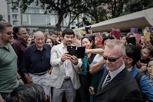 Filipino boxing icon Manny Pacquiao (C) takes a selfie …