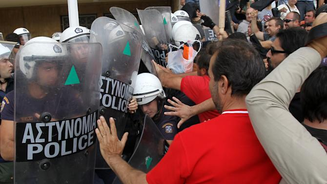 Farmers, shipyard workers protest in Greece