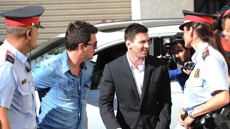 Barcelona football star Lionel Messi arrives at the courthouse in the coastal town of Gavá near Barcelona on September 27, 2013 to face judges on tax evasion charges