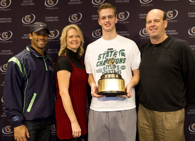 Max Browne with Russell Wilson (l.), and proud parents Mike and Cheryl