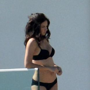 Miami Beach, Adriana Lima posa in bikini nero per Victoria's Secret