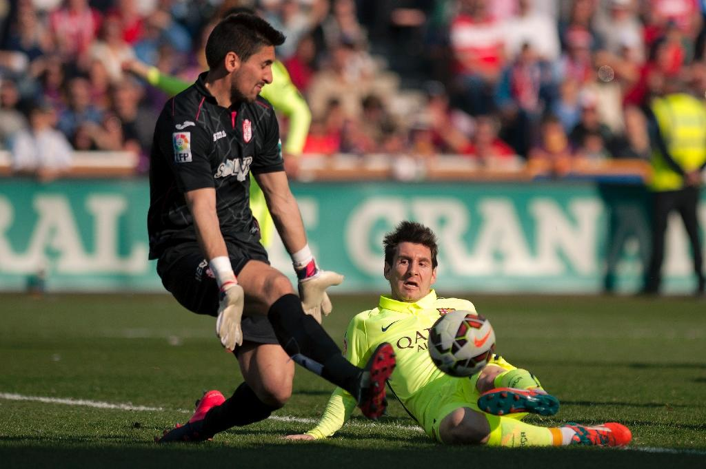 Suarez, Messi move Barca to within a point of Madrid