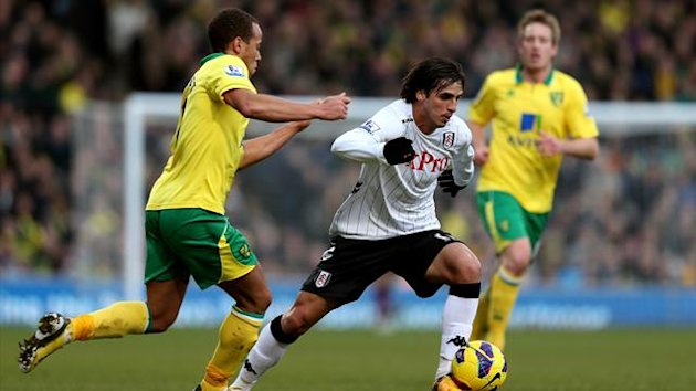 Norwich City's Elliott Bennett (left) and Fulham's Bryan Ruiz (right) battle for the ball