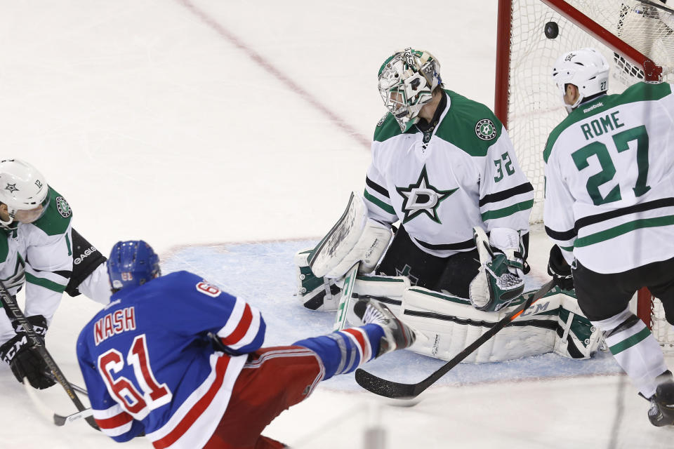 Nash's late goal lifts Rangers over Stars 3-2
