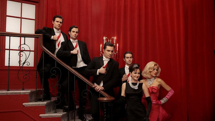 "Hugo Becker as Louis, Penn Badgley as Dan Humphrey, Ed Westwick as Chuck Bass, Chace Crawford as Nate Archibald, Leighton Meester as Blair Waldorf, and Blake Lively as Serena van der Woodsen in a dream sequence from the 100th episode of ""Gossip Girl."""