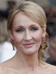 "La escritora británica JK Rowling llega al estreno de la película ""Harry Potter and The Deathly Hallows: Part 2"" (Harry Potter y las reliquias de la muerte: Parte 2) en Londres en una fotografía del jueves 7 de julio de 2011. Rowling publicará su primera novela para adultos con la editorial Little, Brown, anunció el sello editorial el jueves 23 de febrero de 2012. (Foto AP /Joel Ryan)"