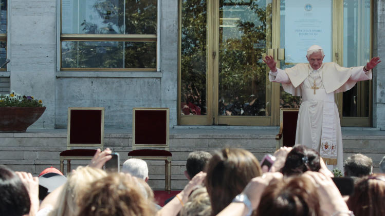 Pope Benedict XVI is greeted by faithful during his visit to Rome's Polyclinic Agostino Gemelli Hospital, Thursday, May 3, 2012. (AP Photo/Gregorio Borgia)