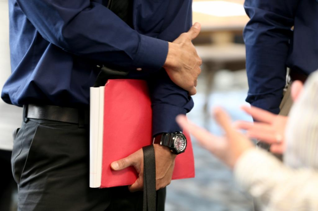 US jobless claims tumble