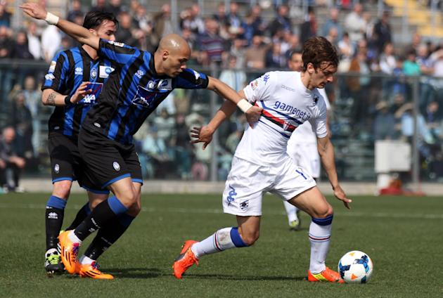 Sampdoria's forward Manolo Gabbiadini, right, is chased by Atalanta's Yohan Benalouane, of France, during a Serie A soccer match in Bergamo, Italy, Sunday, March 16, 2014