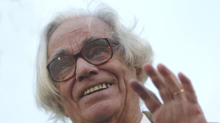 In this April 27, 2001 photo, Argentine artist Leon Ferrari waves in Buenos Aires, Argentina. Ferrari died on July 25, 2013 in Buenos Aires, according to his family foundation. He was 92. (AP Photo/Raul Ferrari, Telam)