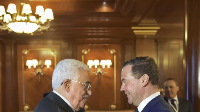 Medvedev meets Abbas outside Moscow