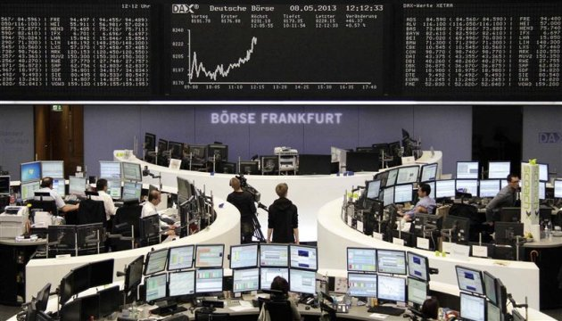 Les Bourses europennes accroissent leurs gains  mi-sance mercredi, tires par des statistiques allemandes juges encourageantes et les bons chiffres du commerce chinois. Vers 12h50, le CAC 40 gagne 0,74%  Paris, le Dax progresse de 0,61%  Francfort et le FTSE est en hausse de 0,27%  Londres. /Photo prise le 8 mai 2013/REUTERS/Remote/Lizza David