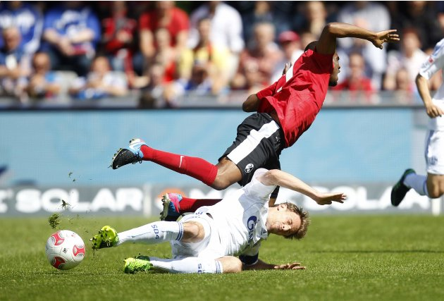 SC Freiburg's Makiadi challenges Schalke 04's Hoewedes during their German first division Bundesliga soccer match in Freiburg