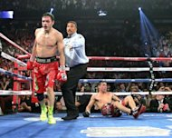 El mexicano Julio Csar Chavez Jr marcha hacia un rincn neutral tras mandar a la lona al argentino Sergio Martinez quien en esa pelea lo despoj del ttulo mundial mediano del Consejo Mundial de Boxeo en Las Vegas. (AFP | john gurzinski)