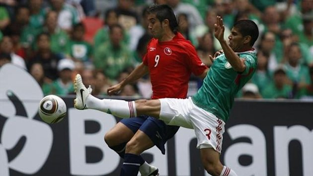 Mexico's Carlos Salcido (3) fights for the ball with Chile's Pedro Morales (Reuters)