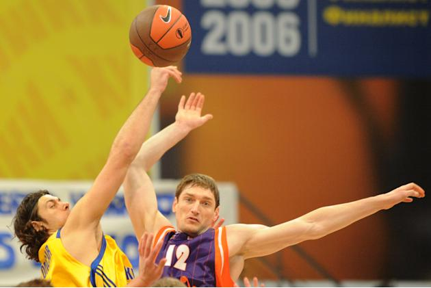 Valencia's Serhiy Lishchuk vies with BC Khimki's Kresimir Loncar (L) during the Eurocup final basketball match between BC Khimki and Valencia in Khimki, outside Moscow on April 15, 2012.    AFP PHOTO