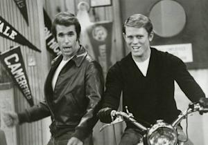 "Henry Winkler and Ron Howard pose on ""Happy Days."""
