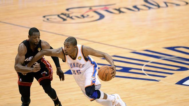 Oklahoma City Thunder's Kevin Durant (R) Drives AFP/Getty Images
