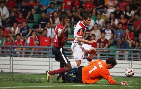 Fashah Rosedin makes yet another save to keep his team in the game. (Photo by Football Association of Singapore) 