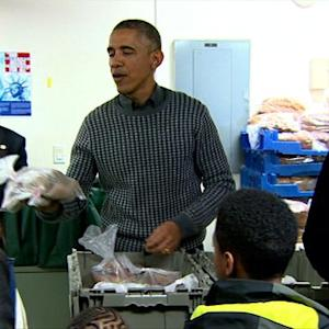 Obama and his family hand out food ahead of Thanksgiving
