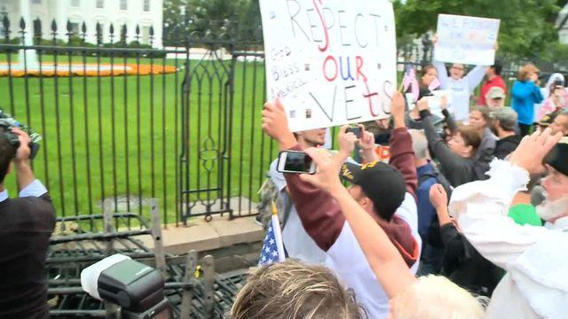 Veterans take down barricades at WWII Memorial