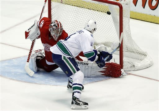 Canucks end Wings' NHL-record home win streak