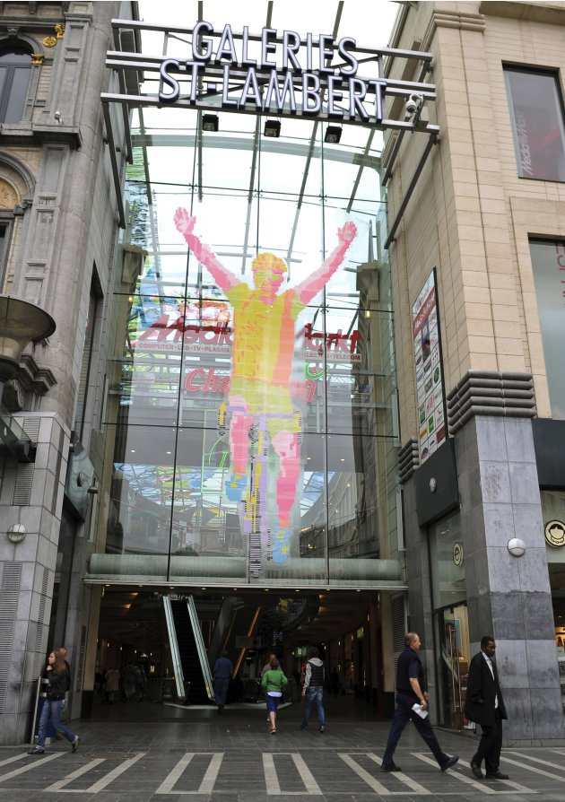 2012-06-27T122005Z_1003294829_GM1E86R1JE301_RTRMADP_3_BELGIUM - Artwork made from 450,000 post-its - Lifestyle, Culture and Arts