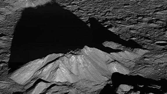 Surprise! Moon Craters May Hold Ancient Asteroid Pieces