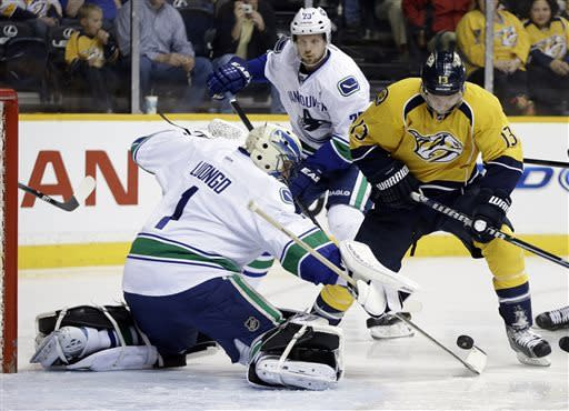 Kesler, Luongo combine to send Canucks to 5-2 win