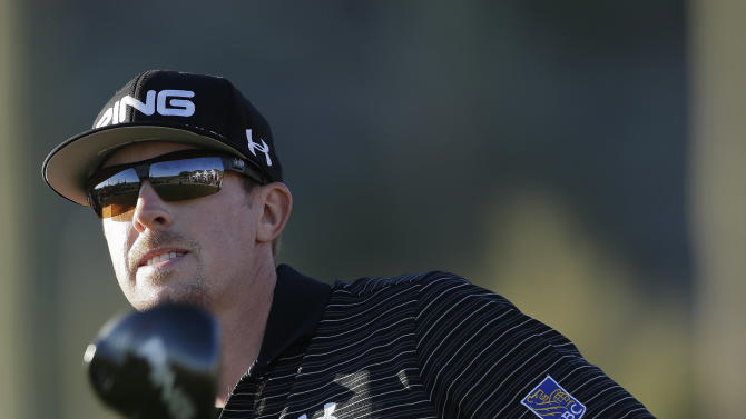 Hunter Mahan watches his tee shot on the 17th hole in a quarterfinal round match against Webb Simpson at the Match Play Championship golf tournament, Saturday, Feb. 23, 2013, in Marana, Ariz. Mahan won 1-up. (AP Photo/Julie Jacobson)