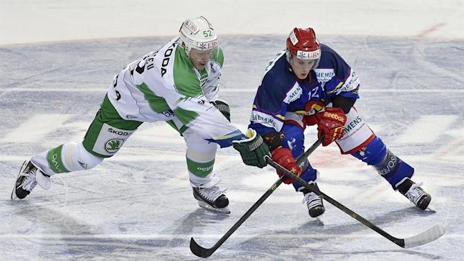 PS105 SPE. Davos (Switzerland Schweiz Suisse), 27/12/2014.- Helsinki's Steve Moses, right, fights for the puck against Ufa's Ivan Lekomsev during the game between Finland's Jokerit Helsinki and Russia's HC Salavat Yulaev Ufa at the 88th Spengler Cup ice hockey tournament in Davos, Switzerland, Saturday, December 27, 2014. (Suiza) EFE/EPA/PETER SCHNEIDER