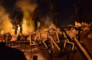 Euromaidan activists build a new barricade in Kiev …