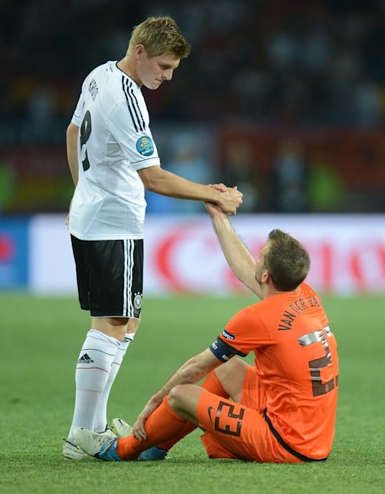 Dutch Midfielder Rafael Van Der Vaart (R) And German Midfielder Toni Kroos Shake Hands AFP/Getty Images