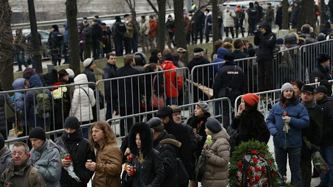 People stand in a line to attend the funeral of slain opposition leader Boris Nemtsov in Moscow on March 3, 2015