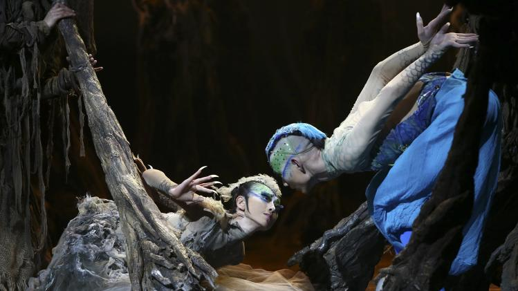 "Yang performs in dance drama ""Peacock"" in Kunming"