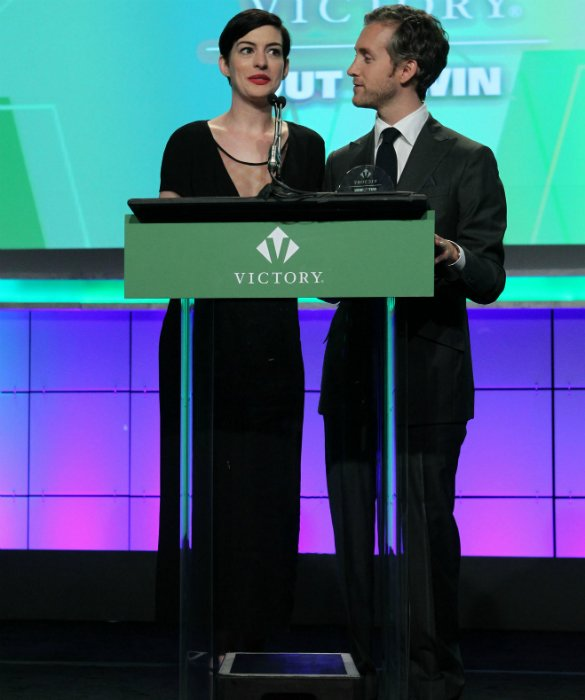 They Really Are Friends! Anne Hathaway Joined By Oscar's