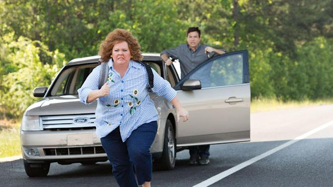 """This undated publicity image released by Universal Pictures shows Jason Bateman, background, and Melissa McCarthy in a scene from, """"Identity Thief."""" (AP Photo/Universal Pictures)"""