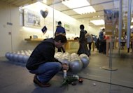 Un cliente rinde tributo a Steve Jobs en una tienda Apple de California (AP Photo/Jae C. Hong)