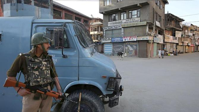 SRI01. Srinagar (India), 25/04/2015.- An Indian paramilitary soldier stands guard in front of closed market during a shutdown in Srinagar, the summer capital of Indian Kashmir, 25 April 2015. Chairman of the hardline faction of All Parties Hurriyat (Freedom) Conference, Syed Ali Geelani had called for shutdown to protest slapping of Public Safety Act (PSA) on senior separatist leader Masarat Alam Bhat, who was arrested for raising pro-Pakistan slogans at a separatist rally during which activists also waved Pakistani flags. (Protestas) EFE/EPA/FAROOQ KHAN