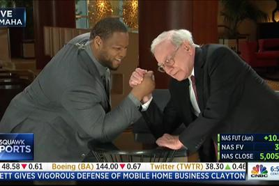 Ndamukong Suh just arm-wrestled 84-year-old Warren Buffett on live TV