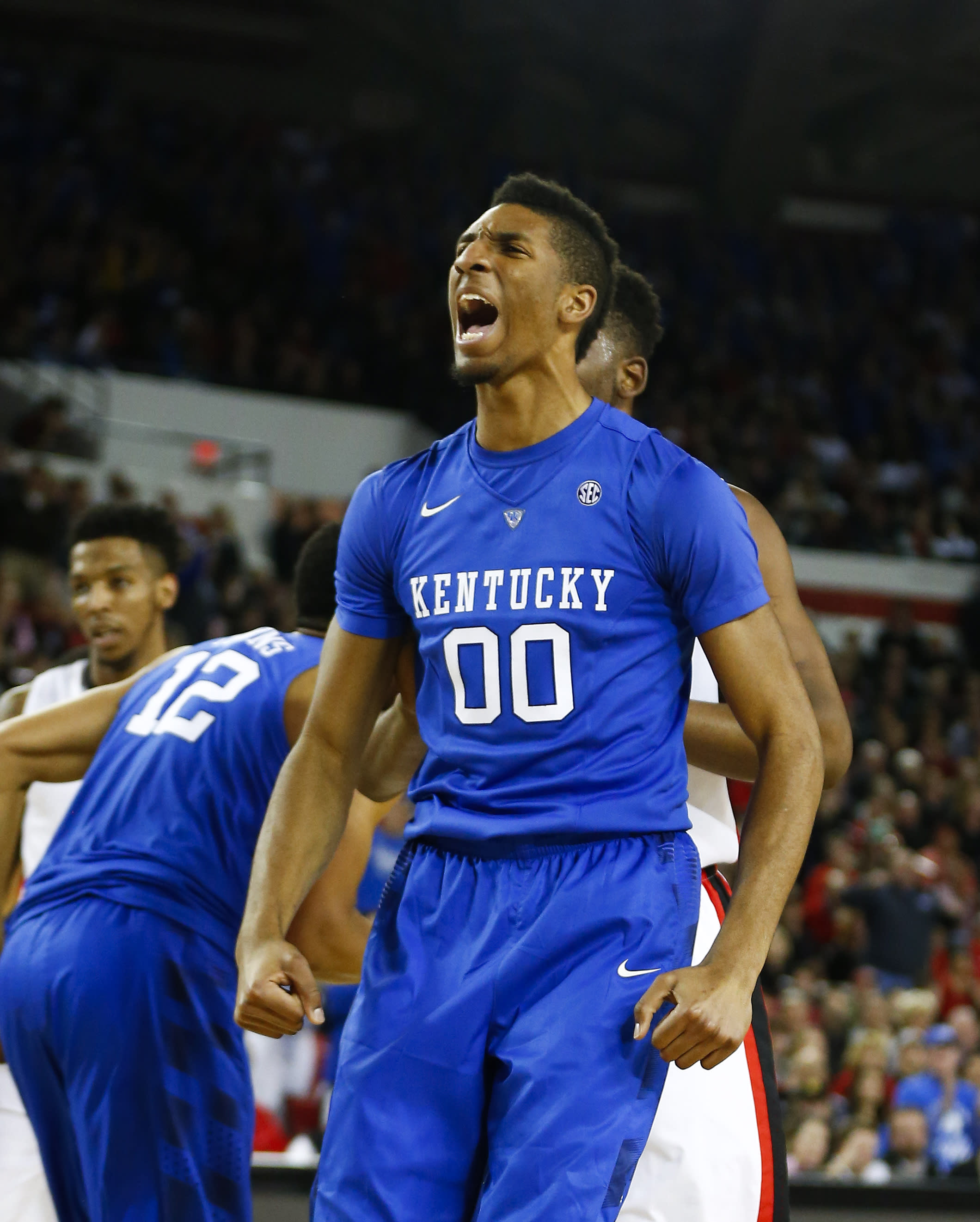 Top-ranked Kentucky makes it 30-0 with tight win at Georgia
