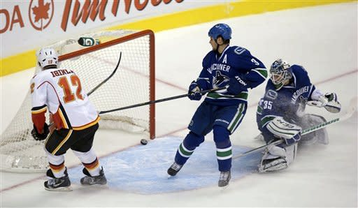 Schneider, Kassian lift Canucks past Flames in SO