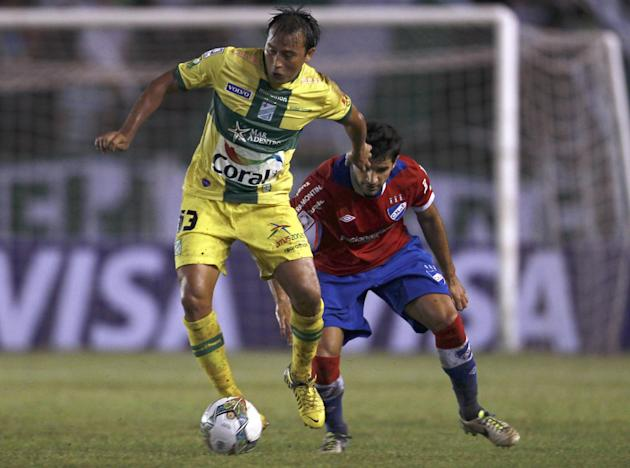 Wilder Zabala of Bolivia's Oriente Petrolero, left, fights for the ball with Juan Manuel Diaz of Uruguay's Nacional during a Copa Libertadores soccer match in Santa Cruz, Bolivia, Tuesday, Jan