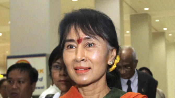Myanmar opposition leader Aung San Suu Kyi arrives at Yangon International Airport on her return from India tour Sunday, Nov. 18, 2012, in Yangon, Myanmar. (AP Photo / Khin Maung Win)