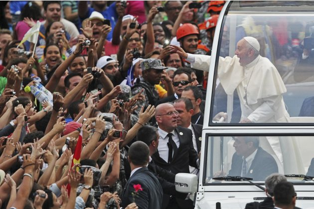 2013-07-22T210041Z_1403035899_GM1E97N0DS401_RTRMADP_3_POPE-BRAZIL - Pope Francis in Brazil - Latin America | South America
