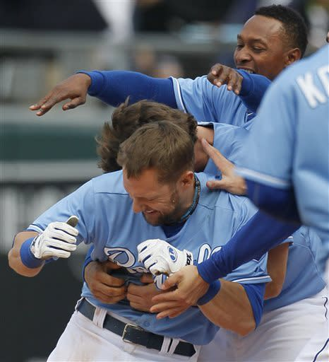 Gordon's single in 10th lifts KC over White Sox